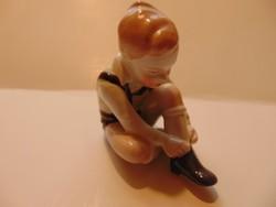 Aquincumi porcelán cipőt húzó fiú
