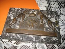 Vadászplakett   az 1900 as évek  elejéről  , granit lapon  , bronz rátéttel ,150 x 100 mm