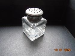 Jelzett,négyszögletes,csiszolt vastag üveg(kristályüveg?) sószóró,valamikor ezüstözött kupakkal