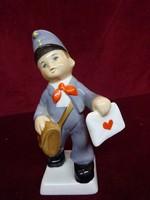 Gránit porcelán figurális szobor, levelet hozó postás, 17 cm magas.