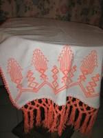 Gyönyörű fehér alapon kézzel hímzett rojtos szőttes terítő vagy dísz törölköző