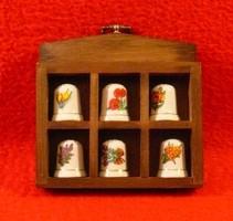 6 db hibátlan porcelán gyűszű, falra akasztható, míves kis keretben
