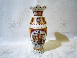 E_014 Különleges kínai mintával festett porcelán váza életképes jelenettel, 19 cm magas