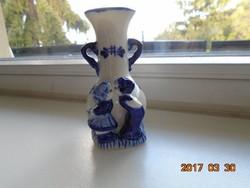 Delft stílusban máz alatt kobaltkékkel festett kis váza gyerek figurákkal 9 cm