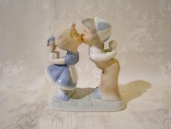 E_015 Nagyon aranyos porcelán puszilkodó gyerekek