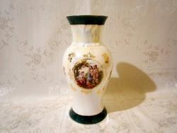 E_013 Különleges porcelán váza életképes jelenettel, irizáló festéssel 20 cm magas