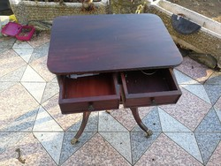 Régi asztal 2 fiókkal kecses darab réz oroszlánkörmös görgős