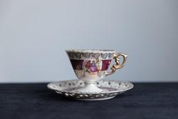 Jelenetes, porcelán teás csésze alátéttel.