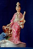 Gyönyörű, magas, 23 cm.-es, szép festésű, hibátlan porcelán, kimonós, japán gésa.