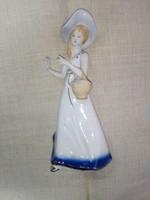 Porcelán kalapos hölgy kosárral