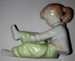 Aquimcumi porcelán nadrágót húzó kislány