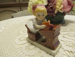 Tündéri padban tanuló kislány