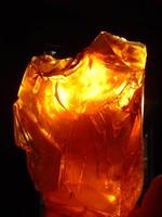 Gyönyörű GIGANTIKUS MÉRETŰ  eredeti sárga borostyán gyanta  eladó! KÖZEL 2 KG 1956 gramm