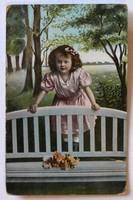 Üdvözlőlap 1911-ből: kislány virággal, vidéki tájban