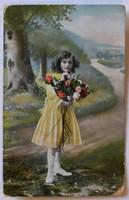 Üdvözlőlap 1914-ből: kislány virággal, vidéki tájban