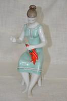 Hollóházi paprikát fűző lány