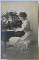 Fotó-üdvözlőlap, 1911: Levelet író hölgy
