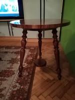 3 lábu asztal