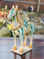 Kínai hárommázas (sancai), kerámai Tang ló szobor. keleti, japán, ázsiai