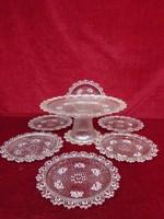 Üveg süteményes készlet, talpas kínáló és hat tányér.