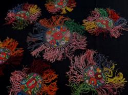 Matyó mintás kézi hímzett  selyemszállal varrt terítők 1-db asztalközép 6-db pohár alátéttel egyben