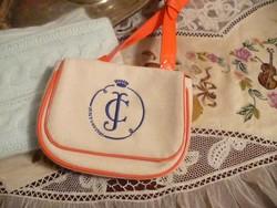 Egy kisebb méretű női márkás táska