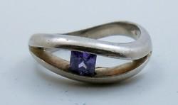 Modern ezüst gyűrű kis lila kő 925