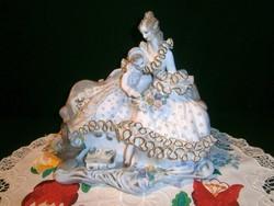 E_009 Csodálatos nagy méretű szobor: anya olvasó kislányával csipkés ruhában, Apulum porcelán