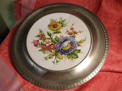 Virágmintás porcelán dísztányér ón keretben