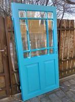 Üveges kék ajtó