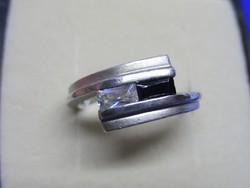Szép ezüst gyűrű fehér és fekete kövekkel