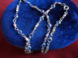 Kék kövekkel díszített bizsu lánc 42 cm