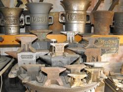 Antik 18db öntöttvas kovács mester üllő gyűjtemény  kovácsoltvas céh reklám cégér