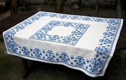 Hímzett abrosz , keresztszemes hímzés asztal terítő 113 x 128 cm