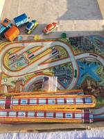 2 szett Régi lemezárugyári játék, vasúti mozdony játék + közlekedési játék autópálya lemez felhúzós