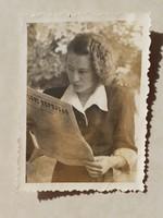 Régi női fotó 1940 körül Zempléni Népújságot olvasó hölgy vintage fénykép