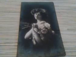 Antik képeslap Lány virággal (1915).