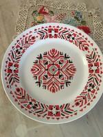 Gyönyörű Hollóházi tányér, porcelán falitányér, piros-fekete keresztszemes mintákkal díszítve.