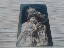 Antik képeslap Kislány virággal (1906).