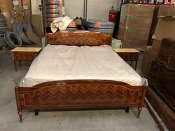 Antik francia ágy éjjeli szekrényekkel.