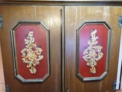 Különleges, kézzel festett, gyönyörű kétajtós szekrény a XX. század közepéről. Jó állapotban!