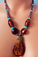 Mutatós nyaklánc kerámia és muranoi gyöngyökkel, medállal