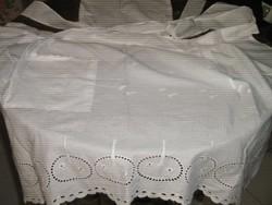 Gyönyörű  hófehér könnyű madeira hímzett zsebes kötény