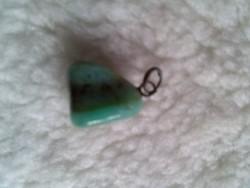 Zöld ásvány kristály medál, csiszolt
