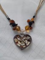 Különleges nyaklánc  üveg szív medállal és gyöngyökkel