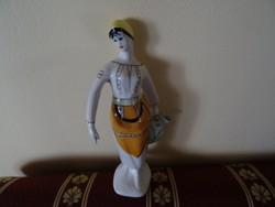 Porcelán lány korsóval