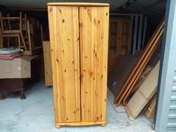 Eladó egy 2 ajtós ,akasztós és polcos CLAUDIA fenyő szekrény. Bútor jó állapotú.