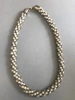 Fonott nyaklánc gyöngyház, arany és fekete gyönygyökből fűzve, 50 cm hosszú