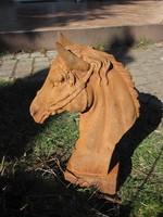 Régi öntöttvas lófej szobor