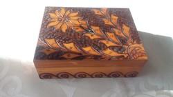 Faragott, régi fa doboz